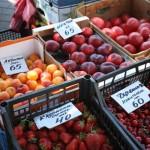 За полуницю з Ізмаїлу та Черкас просять 40 грн, а за абрикоси та нектарини з Мелітополя – 65