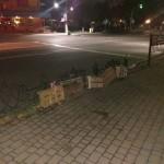 Непереможна стихійна торгівля: продавці прив'язують до огорожі ящички, щоб «застовбити» місце