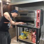 «Пекельна кухня»: ексначальник патрульної поліції показав, як вчиться готувати піцу