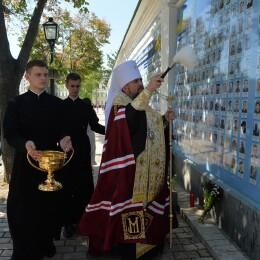 митрополит освятив стіну